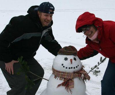 01-07-05 Steve & Alissa & Snowman01(small)